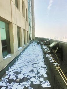 """武汉闹市又降""""纸片雪"""" 市民呼吁严惩此类行为"""