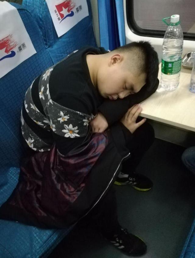 火车上乘客的各种睡姿:我一般都是站着睡