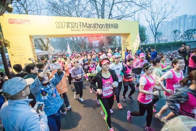 武汉女子半程马拉松开赛 千名佳丽绿道奔跑