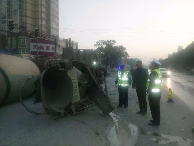 大货车侧翻堵塞交通 鄂州交警紧急救援保畅通