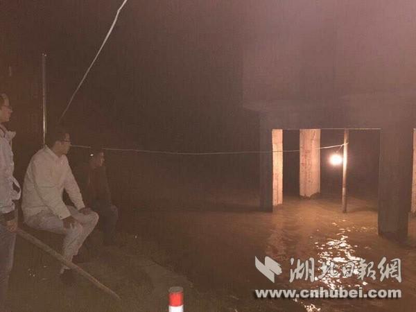 每隔百余米1顶帐篷 6千余人顶风夜守汉江汉川大堤
