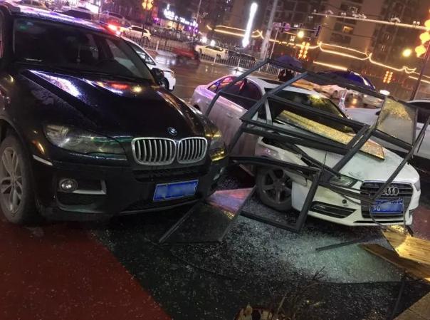 恩施一餐馆发生液化气轰燃 导致两人受伤
