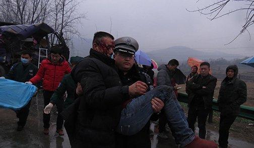 两货车相撞司机被困 协警抱起受伤司机感动群众