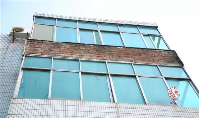 惊险!4楼外墙突然脱落 砸中楼下一名5岁儿童