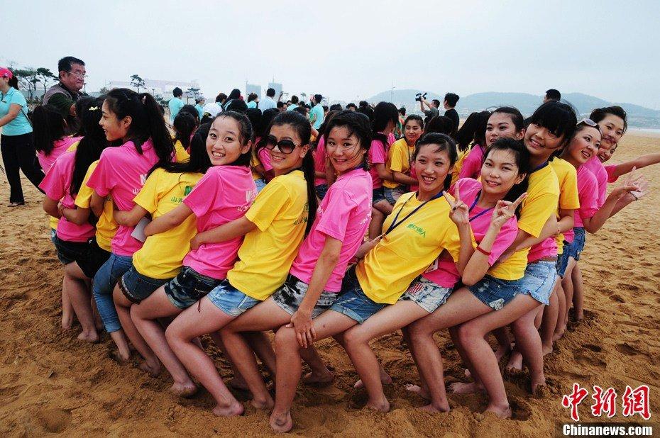 昨天山东职业模特大赛美女们在青岛海边光屁股不冷吗