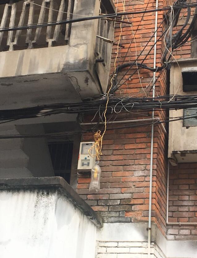 """襄阳住民区""""飞线""""充电让人忧 像蜘蛛网一般"""