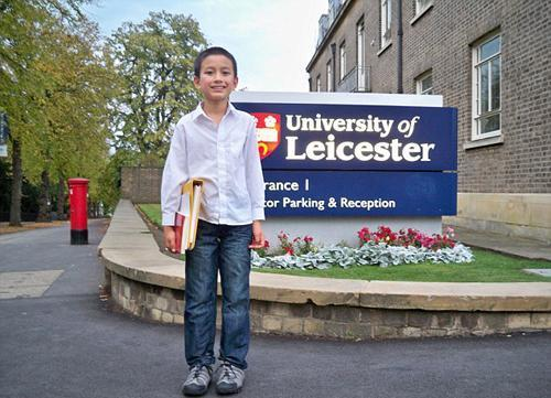 英国14岁少年成大学最年轻教师 被称数学天才