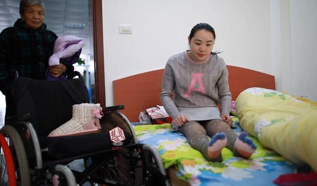 励志!折翼天使笑对生活 23岁女孩做手工编织梦想