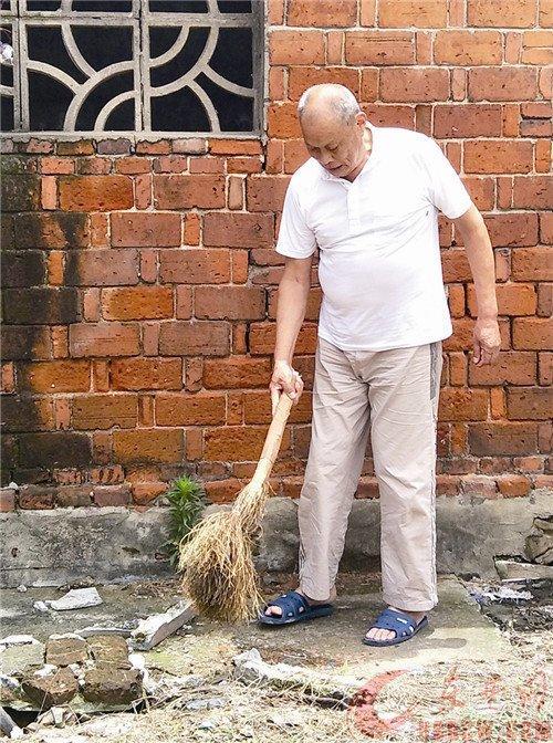 接过一个水桶一把扫帚夏水元义务扫公厕17年