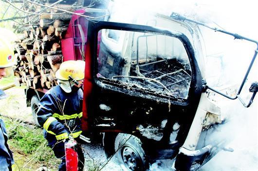 当阳一运载木材货车自燃 所幸大火被及时扑灭
