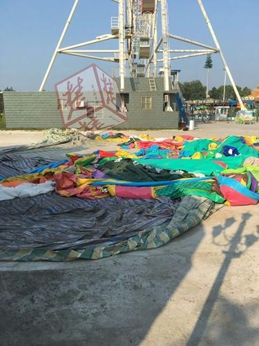 惨剧!气垫蹦床被风吹翻 五岁男童不幸摔死