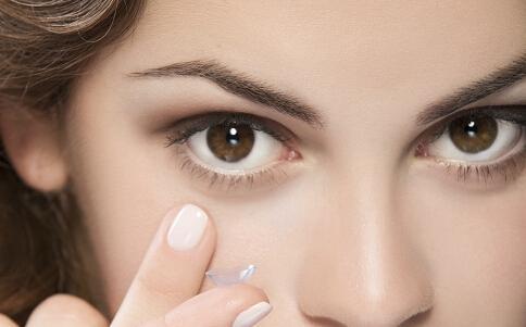 戴隐形眼镜眼睛会干 找出干眼症的病因