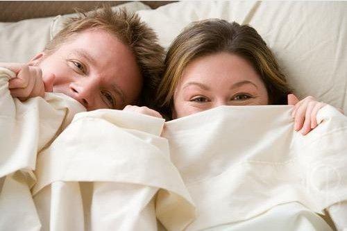 عکس+عاشقانه+روی+تخت+خواب