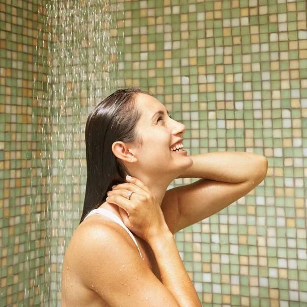 洗澡时要警惕淋浴热水损伤脸部肌肤!