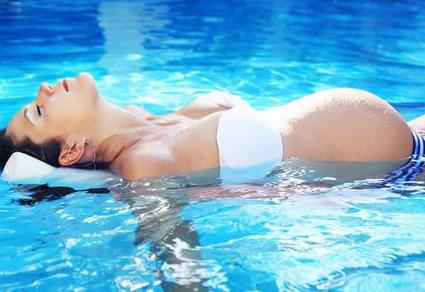 孕妇夏季做运动最适宜去游泳