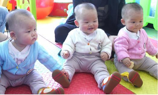 人工耳蜗开机,江西先天失聪三胞胎第一次听到父母的呼唤