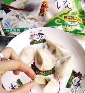 女子冰冻水饺吃出烟头 厂家反问是否为香菇