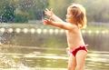 暑假带熊孩子出去浪 防晒=防癌