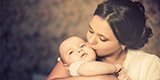 父母第一次见到孩子时的表情令人泪目!/
