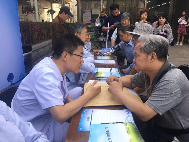 """夏季不控制好高血压可能出""""大事""""清晨早班车来到北京宣武医院"""