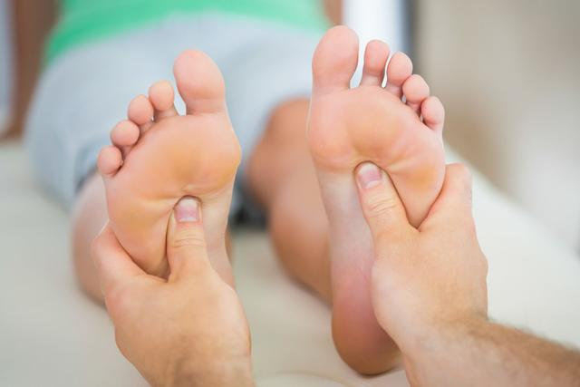 当心脚底黑痣易恶变 黑色素瘤怎么治疗?