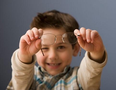 五岁男孩醒来剩眼白 保护眼睛吃什么好
