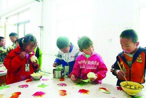 """贫困儿童困境调查:山寨食品成难得""""美食"""""""