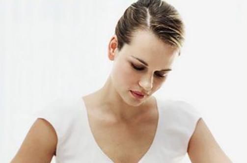 能引起女性会阴裂伤的具体原因是什么