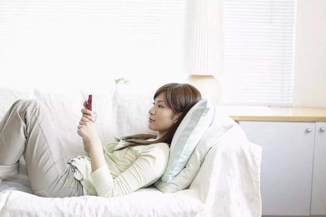 你知道躺着玩手机对颈椎有哪些危害?