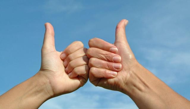 双手不受控制冒水珠 究竟是得了什么病?