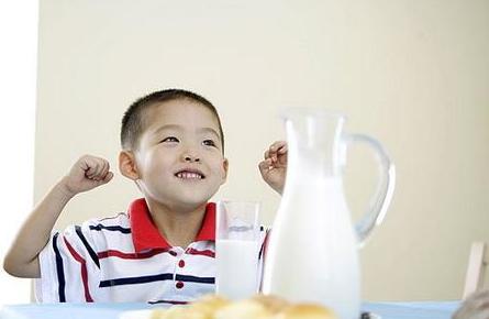 BB喝牛奶不是越多越好 要适量