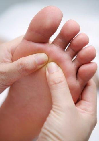 每天5动作防肾虚:早晚搓脚心 腰部按摩200下