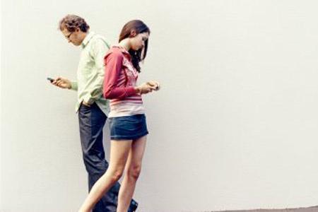 """别当""""低头族"""" 走路玩手机伤身又伤眼"""