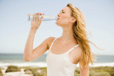 健康警惕:喝瓶装水存安全隐患 容易长皱纹