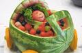 宝宝夏日爱水果 不可过量!