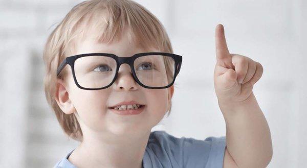 """低龄儿童""""小眼镜""""增多专家呼吁合理用眼"""