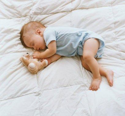 1岁宝宝看床边玩具成了对眼