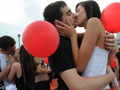 两性养生:专家揭秘情侣间专属的接吻技巧