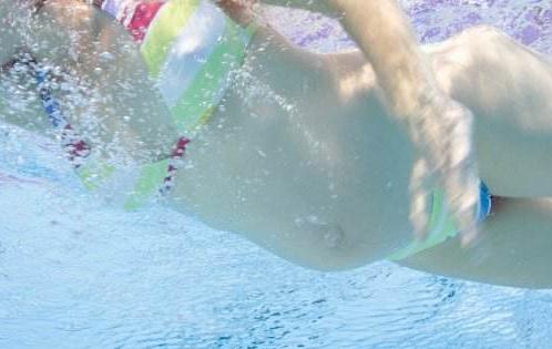 炎热夏季准妈妈游泳的好处和注意事项