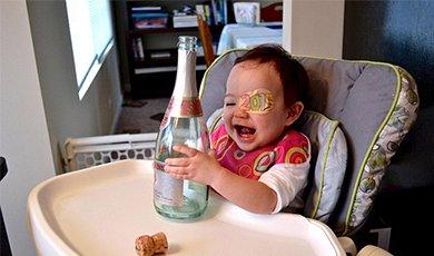 奶爸画眼罩助幼女治病
