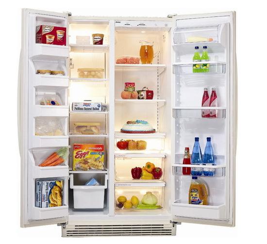 一直以来,人们都习惯把冰箱当作食品的保险箱,将一次吃不完的食物放进冷藏室,未经加热消毒就食用。 昨天,市食品药品监管局发出夏季安全提醒,武汉炎热的夏天,市民别贪凉求冰,小心冰箱病给身体带来危险。 所谓冰箱病,指的是冰箱保存的食品,被一种单增李斯特氏菌污染,人们在未经高温彻底加热处理的情况下食用,就可能出现感染症状。 单增李斯特氏菌广泛存在于自然界中,由于它在4冰箱保存的食品中也能生长繁殖,是冷藏食品威胁人类健康的主要病原菌之一。 今年7月4日,美国食品药品管理局(FDA)证实,由于食用了受李