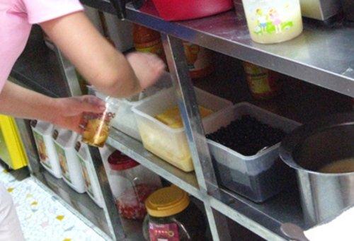街边奶茶被曝重金属 长期食用致不孕不育