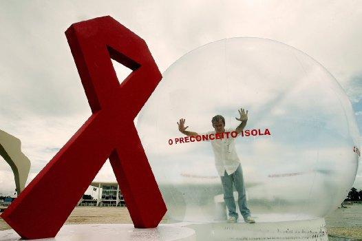 新增艾滋病感染者9成经性传播 两成为同性传播