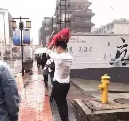 父爱如山!爸爸在暴雨中这样为孩子挡雨