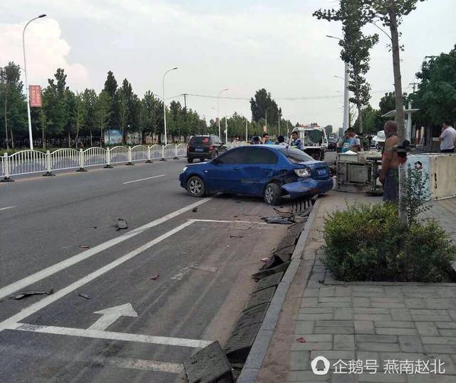 保定一名女子驾车撞飞快递小哥再撞轿车