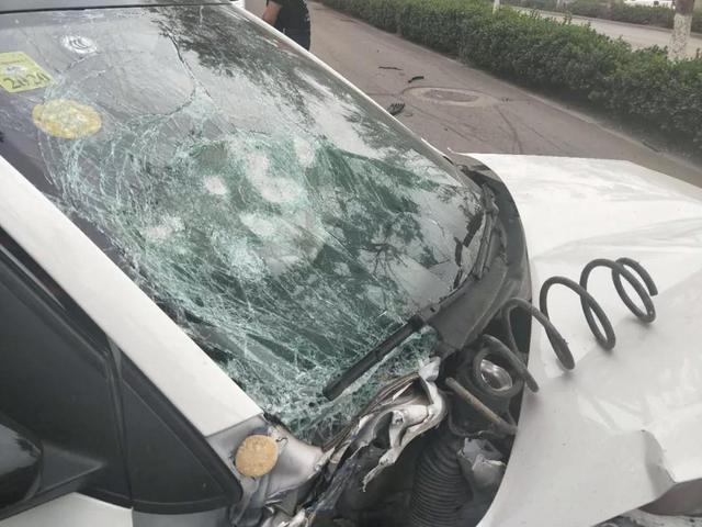 唐山厂前路与曹雪芹东道交叉口发生交通事故