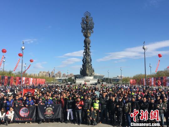 """河北唐山:千台重机车城市巡游""""燃爆""""凤凰城"""