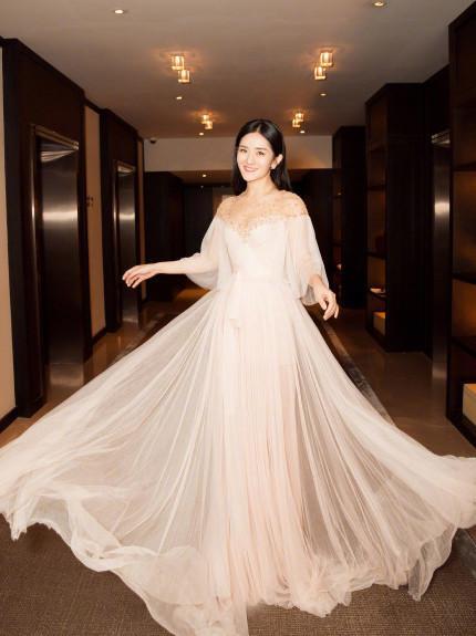 谢娜穿白纱裙仙气飘飘 正经起来秒变女神