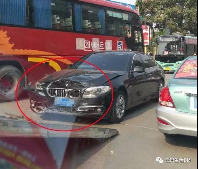 玉田一宾馆门口发生车祸 宝马车被撞