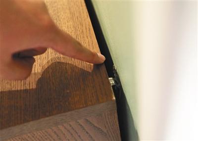 昨日,四元桥宜家,正在销售的马尔姆系列抽屉柜都安装了固定挂钩。 记者 王飞 摄